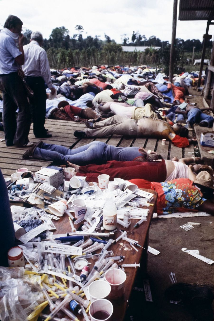 Jonestown, au lendemain du suicide collectif. Au premier plan, les seringues qui ont empoisonné ceux refusant de se donner la mort.