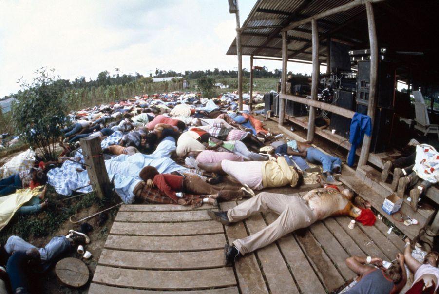 Jonestown, au lendemain du suicide collectif. Au premier plan, le corps de Jim Jones.