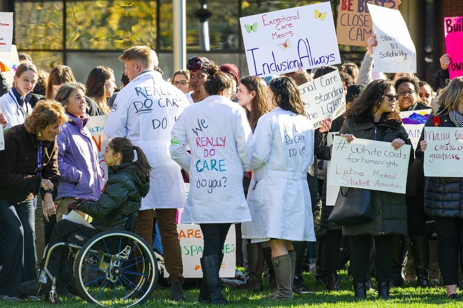 Des manifestants ont protesté lors dela visite de Melania Trump au Boston Medical Center, le 6 novembre 2019.