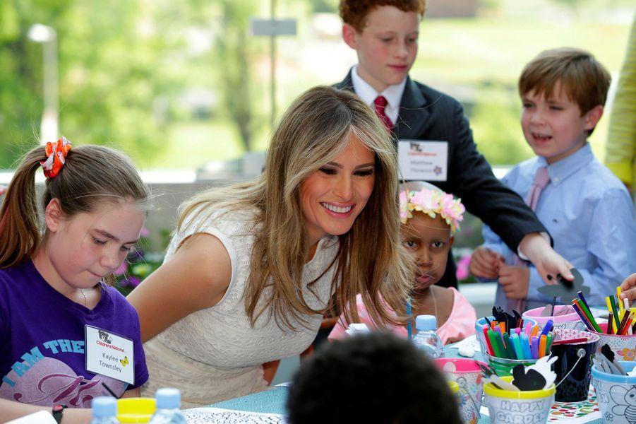 Melania Trump et les enfants duChildren's national medical center de Washington.