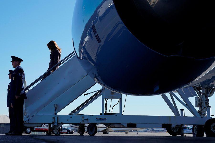 Melania Trump descendant d'un avion pour son déplacement de deux jours, le 4 mars 2019.