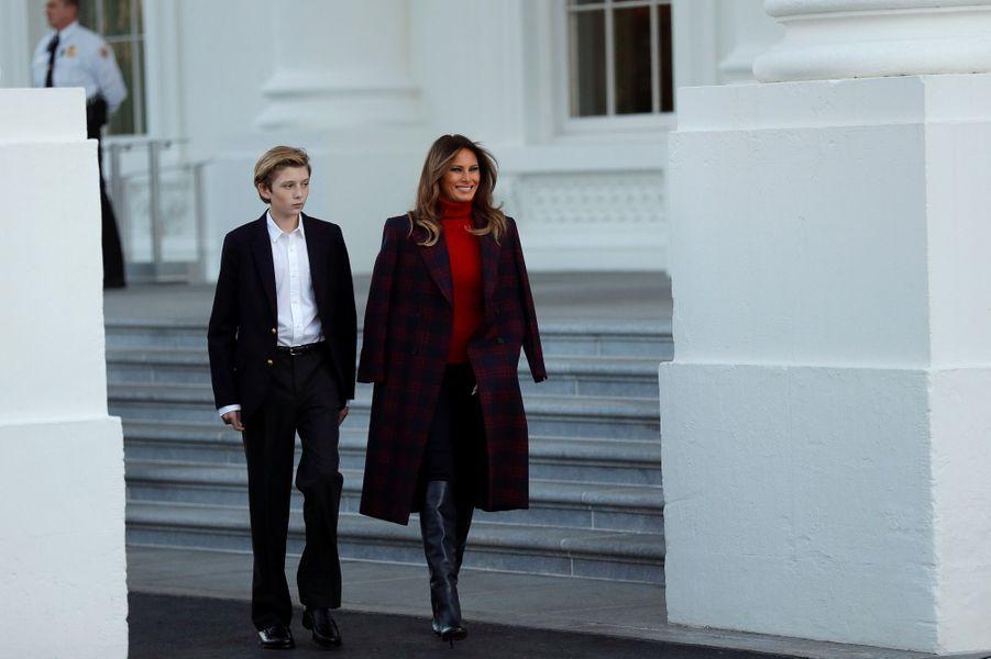 Barron et Melania Trump ont reçu le sapin de Noël de la Maison Blanche, le 20 novembre 2017.