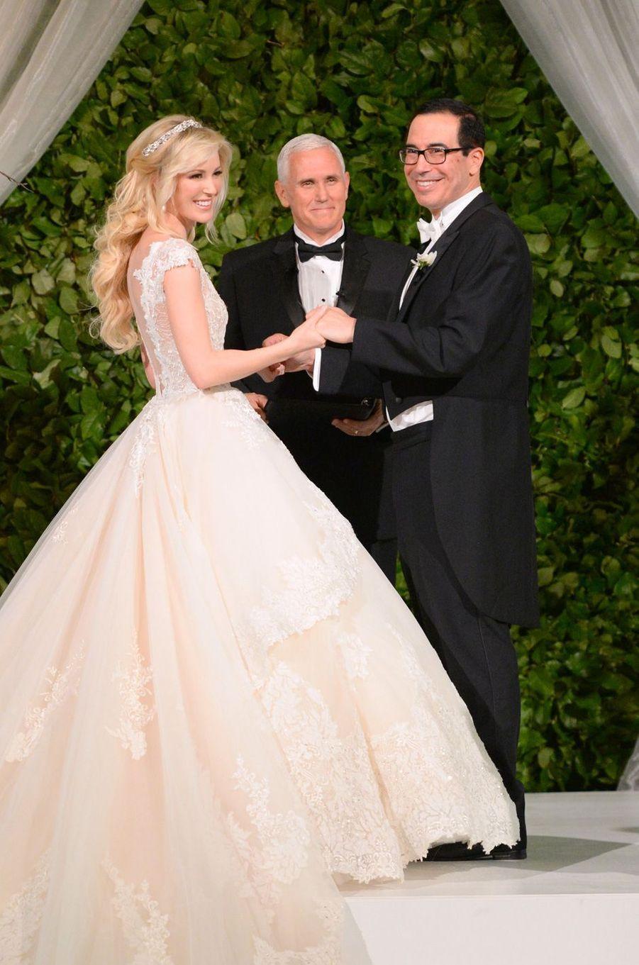 Le vice-président Mike Pence officiant le mariage de Steve Mnuchin et Louise Linton, le 24 juin 2017.