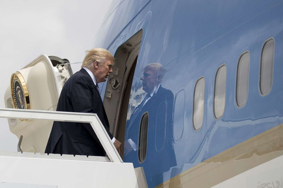 Donald et Melania Trump montent à bord d'Air Force One à l'aéroport d'Orly, le 14 juillet 2017.