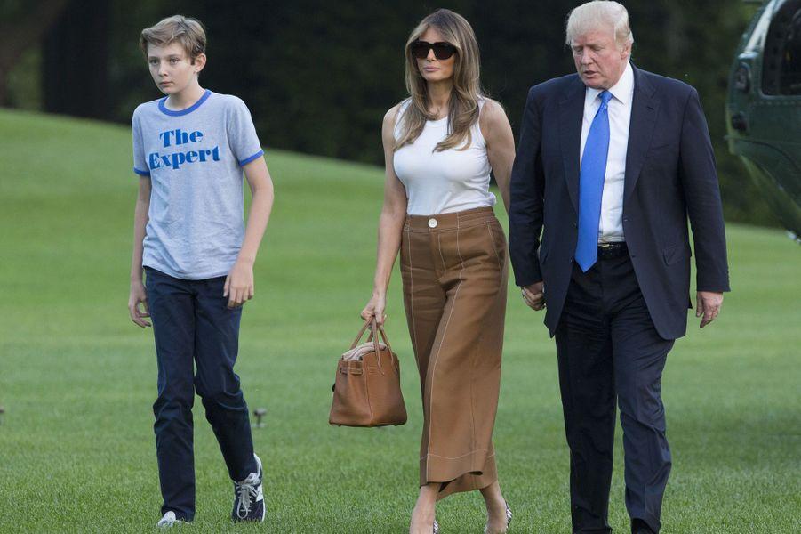 Barron, Melania et Donald Trump à la Maison Blanche, le 11 juin 2017.A voir : Barron et Melania Trump ont posé leurs valises à la Maison Blanche