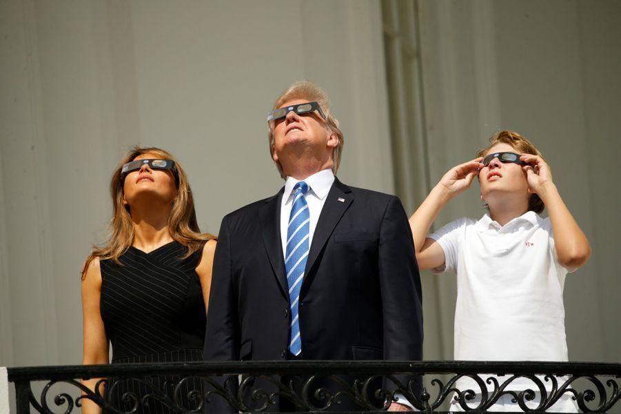 Melania, Donald et Barron Trump à la Maison Blanche, le 22 août 2017.A voir : Melania, Donald et Barron Trump ont regardé l'éclipse à la Maison Blanche