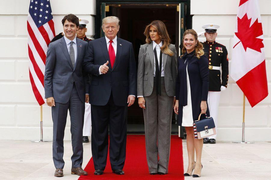 Justin Trudeau, Donald et Melania Trump et Sophie Grégoire à la Maison Blanche, le 11 octobre 2017.A voir : Melania Trump en costume pour accueillir Justin Trudeau