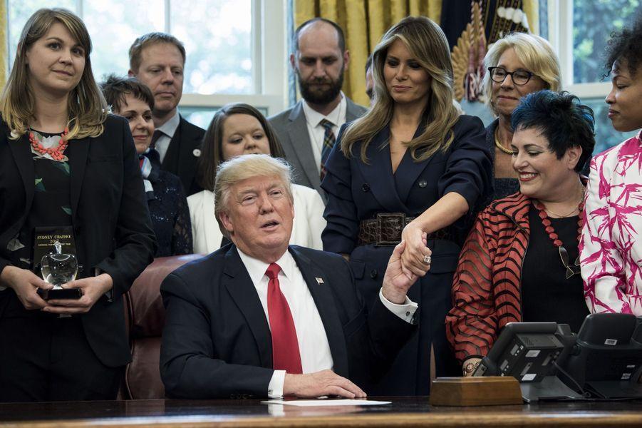 Donald et Melania Trump dans le Bureau ovale, le 26 avril 2017.A voir :Melania Trump à la Maison Blanche pour son 47ème anniversaire