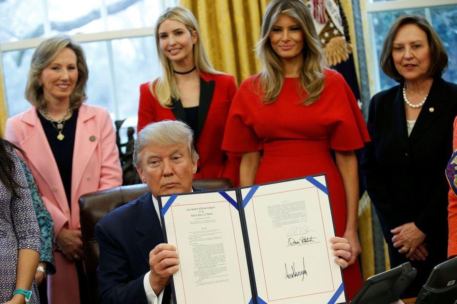 Melania Trump dans le Bureau ovale, pendant que Donald Trump signe un texte, le 28 février 2017.