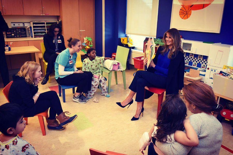 Melania Trump lors d'une visite dans un hôpital pour enfants de New York, le 2 mars 2017.A lire : Melania Trump visite un hôpital pour enfants à New York