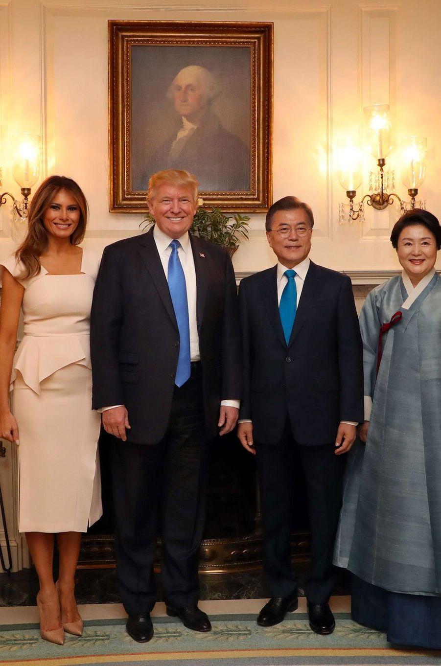 Melania et Donald Trump avec Moon Jae-in etson épouse Kim Jeong-sook, le 29 juin 2017.A voir :Melania Trump, First Lady dans le vent pour accueillir le président sud-coréen