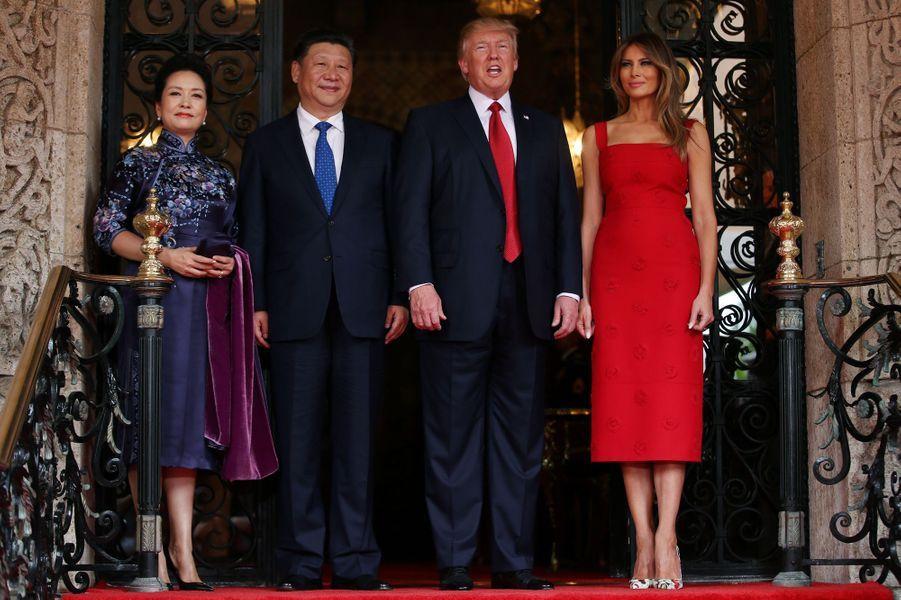 Melania Trump et son mari Donald Trump accueillent le président chinois Xi Jinping et son épouse Peng Liyuan à Mar-a-Lago, le 6 avril 2017.A voir :A Mar-a-Lago, Donald Trump reçoit Xi Jinping avant les frappes en Syrie