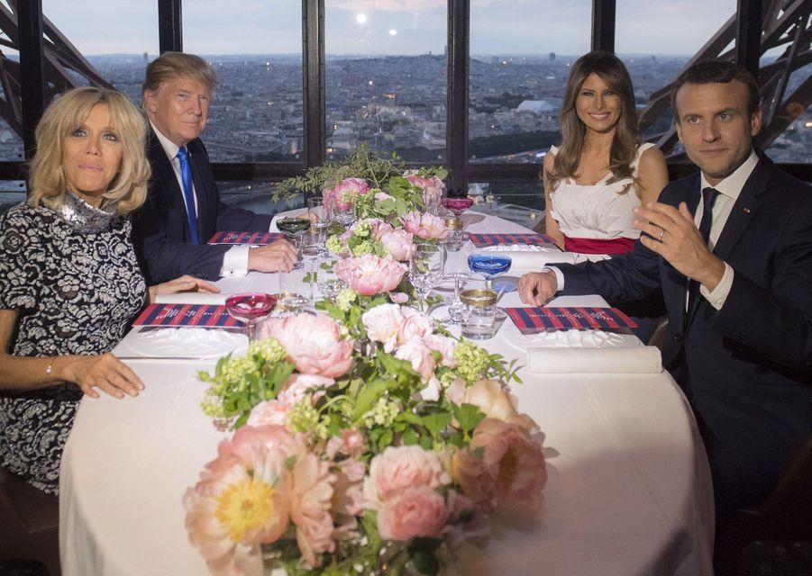 """Brigitte et Emmanuel Macron avec Donald et Melania Trump à la Tour Eiffel, le 13 juillet 2017.A voir : Emmanuel Macron et Donald Trump, """"dîner d'amis"""" à la Tour Eiffel"""