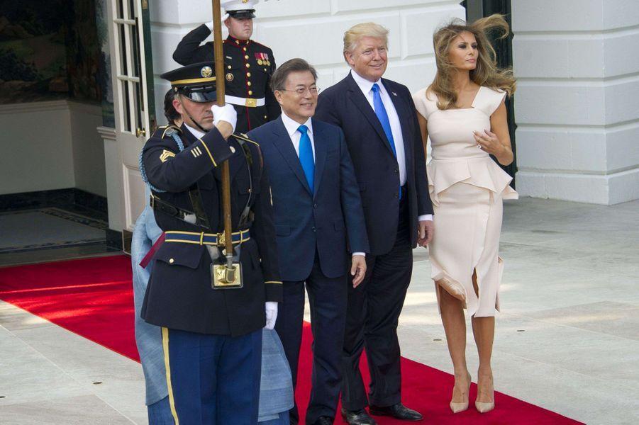 Donald et Melania Trump accueillent le président sud-coréen Moon Jae-in et sa femmeKim Jeong-sook à la Maison Blanche, le 29 juin 2017.