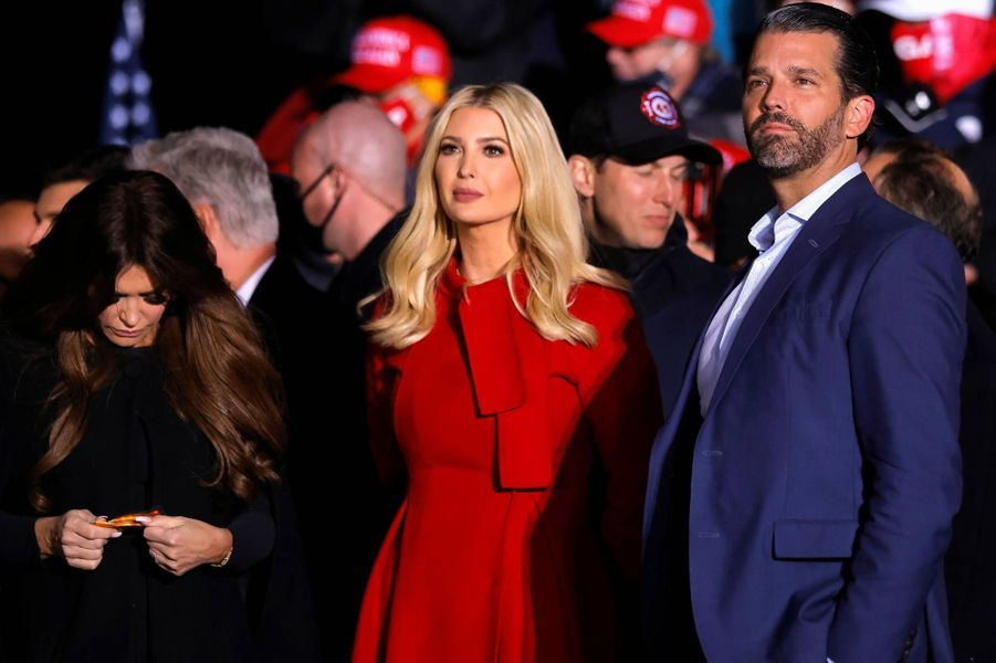 Kimberly Guilfoyle, Ivanka Trump et Donald Trump Jr à Kenosha, dans le Wisconsin, le 2 novembre 2020.