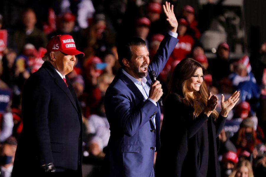 Donald Trump, Donald Trump Jr et Kimberly Guilfoyle àKenosha, dans le Wisconsin, le 2 novembre 2020.