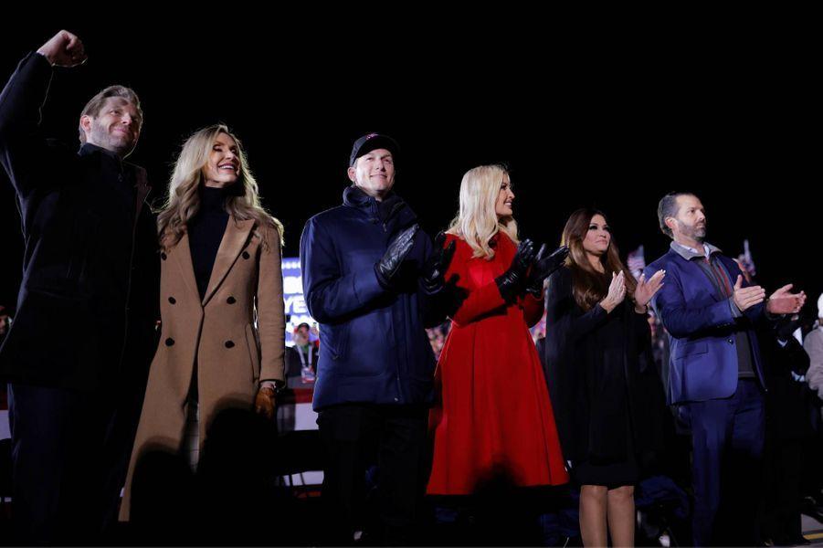 Eric et Lara Trump, Jared Kushner, Ivanka Trump, Kimberly Guilfoyle et Donald Trump JràKenosha, dans le Wisconsin, le 2 novembre 2020.