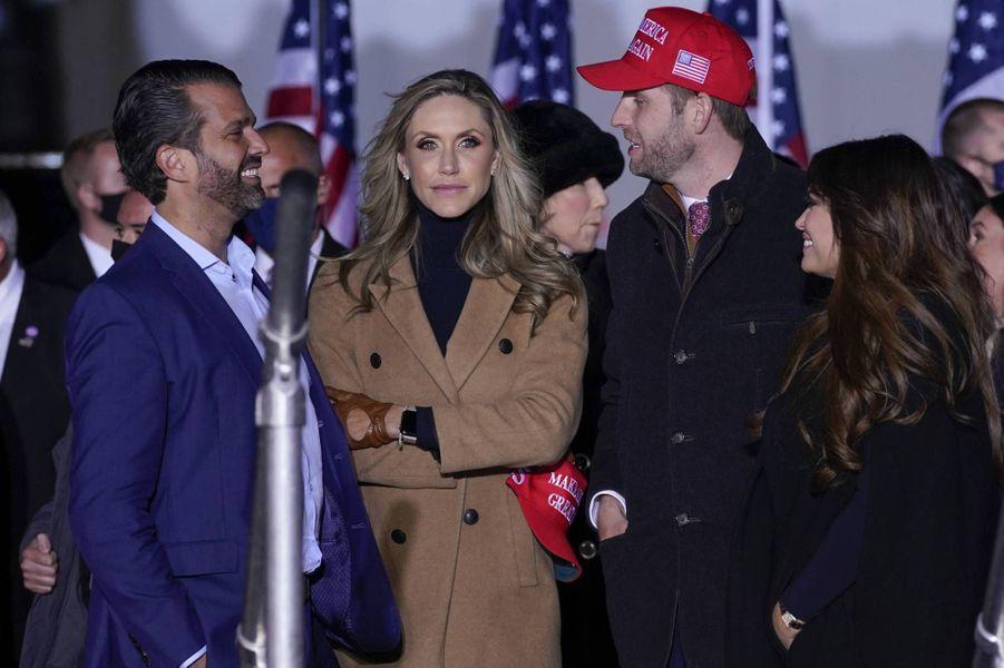 Donald Trump Jr, Lara et Eric Trump et Kimberly Guilfoyle à Kenosha, dans le Wisconsin, le 2 novembre 2020.