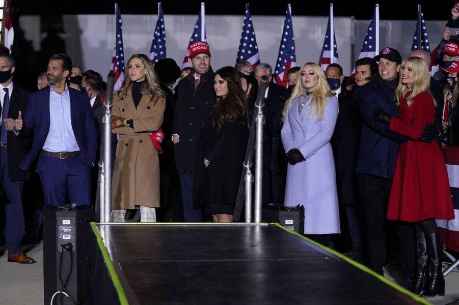 Donald Trump Jr, Lara et Eric Trump, Kimberly Guilfoyle, Tiffany Trump, Jared Kushner et Ivanka Trump à Kenosha, dans le Wisconsin, le 2 novembre 2020.