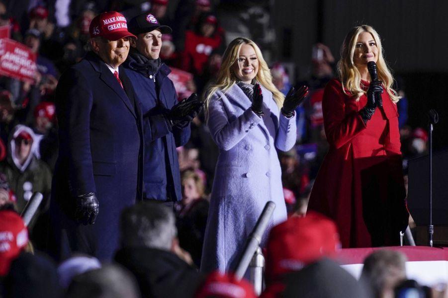 Donald Trump, Tiffany Trump et Ivanka TrumpàKenosha, dans le Wisconsin, le 2 novembre 2020.