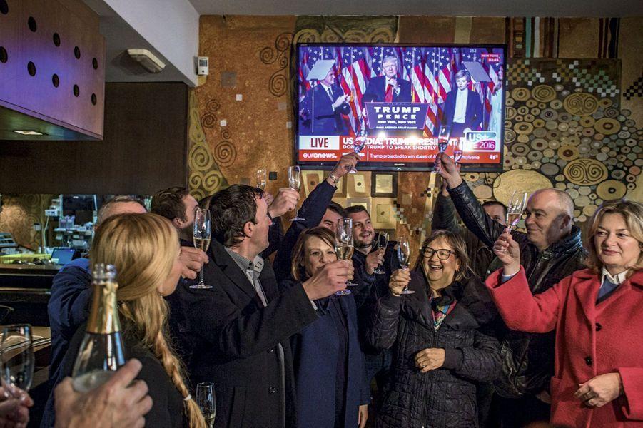 Dans un café de Sevnica, des Slovènes célèbrent l'annonce du résultat des élections, le 9 novembre.