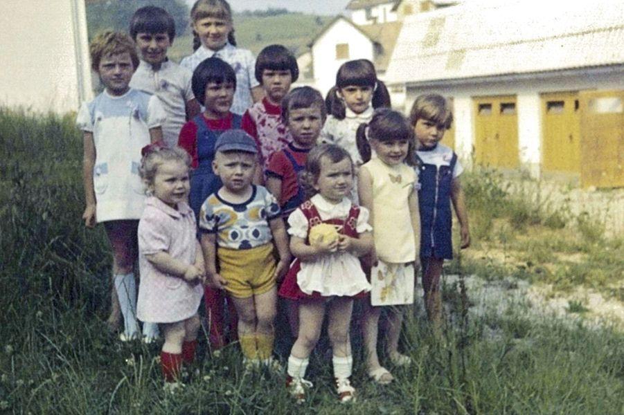 Pendant une fête d'anniversaire, dans les années 1970, Melania (4e, en partant de la gauche) est alors Melanija Knavs, changé, plus tard, pour Knauss.