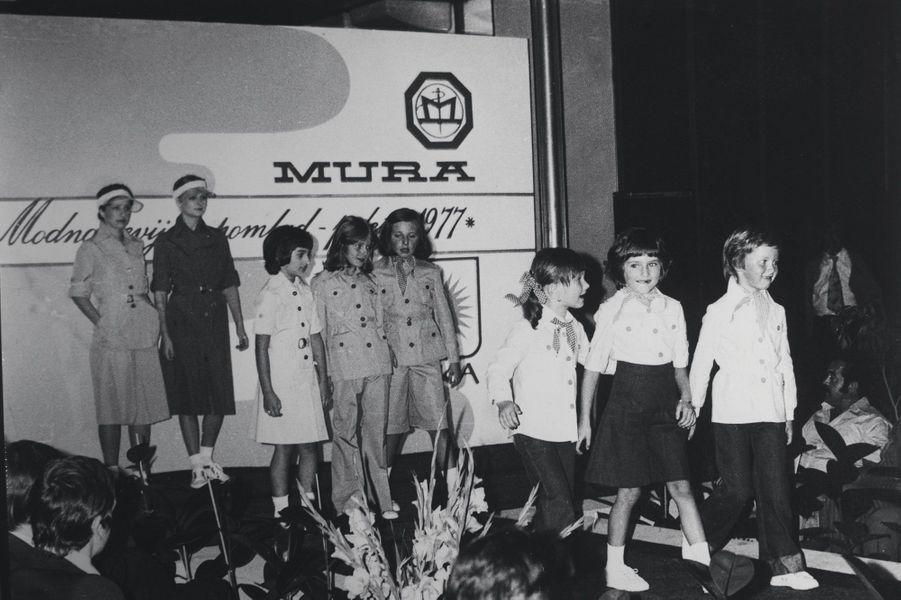 Sept ans et déjà sur les podiums (2e en partant de la droite). Elle défile pour l'entreprise de sa mère, en 1977.