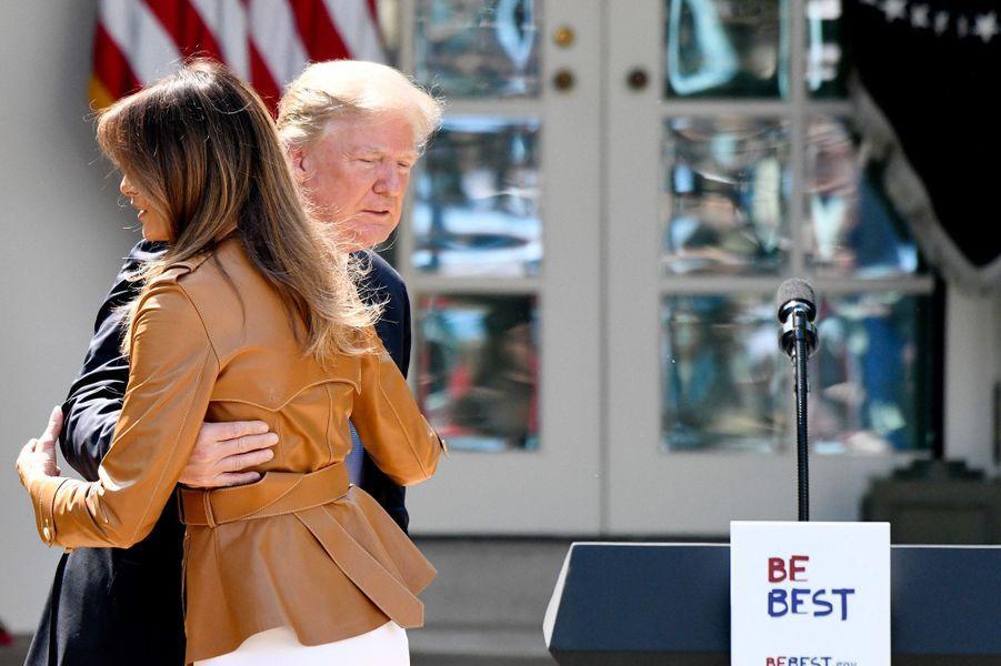 """Melania Trump et Donald Trump, lors de sa présentation de l'initiative """"Be Best""""à la Maison Blanche, le 7 mai 2018."""