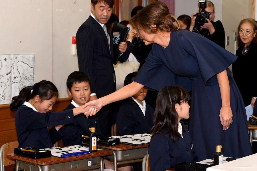 Melania Trump et Akie Abe à l'écoleKyobashi Tsukiji de Tokyo, le 6 novembre 2017.