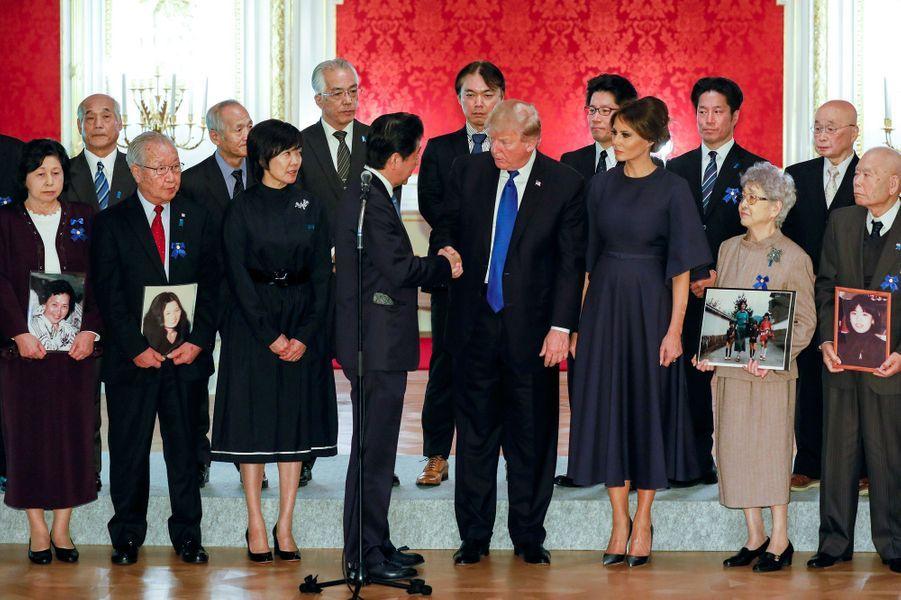 Donald et Melania Trump rencontrent, avec Akie et Shinzo Abe, les familles de Japonais enlevés par la Corée du Nord, le 6 novembre 2017.
