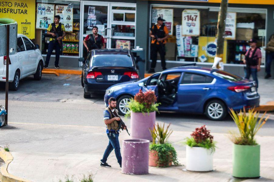 Jeudi, Culiacán s'est transformée en véritable zone de guerre. Des tirs nourrisainsi que des explosions de véhicules ont retenti en plein après-midi dans les rues de cette ville de 750 000 habitants, forçant la population à se terrer chez elle