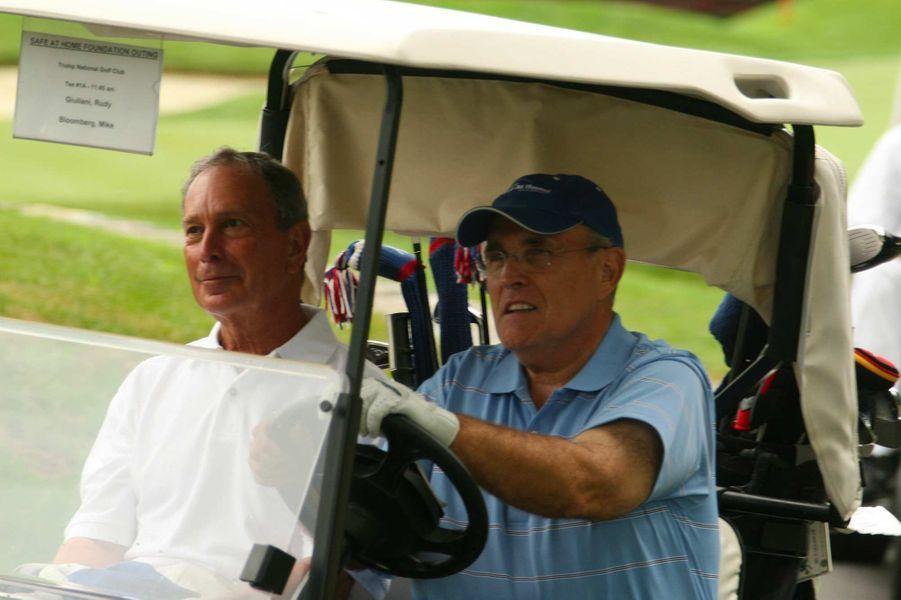 Michael Bloomberg et Rudy Giuliani, deux anciens maires de New York lors d'une journée au Trump National Golf Club pour une fondation caritative. Le premier a annoncé sa candidature à la présidence, le second est l'avocat personnel de l'actuel président américain.