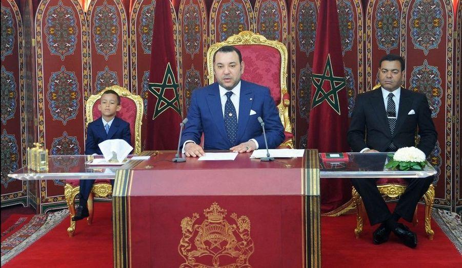 Pour l'allocution télévisée du 30 juillet, Hassan (à gauche) a mis un vrai costume-cravate, comme son père (au centre) et son oncle Moulay Rachid (à droite).