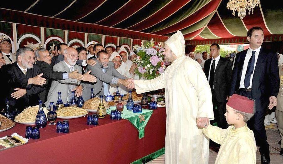 Jeudi 30 juillet, premier des quatre jours de fête pour célébrer l'accession au trône. Comme son père, Hassan II, l'avait fait avec lui, Mohammed VI associe son fils et héritier, le petit prince Moulay Hassan, 6 ans, aux temps forts de son règne.