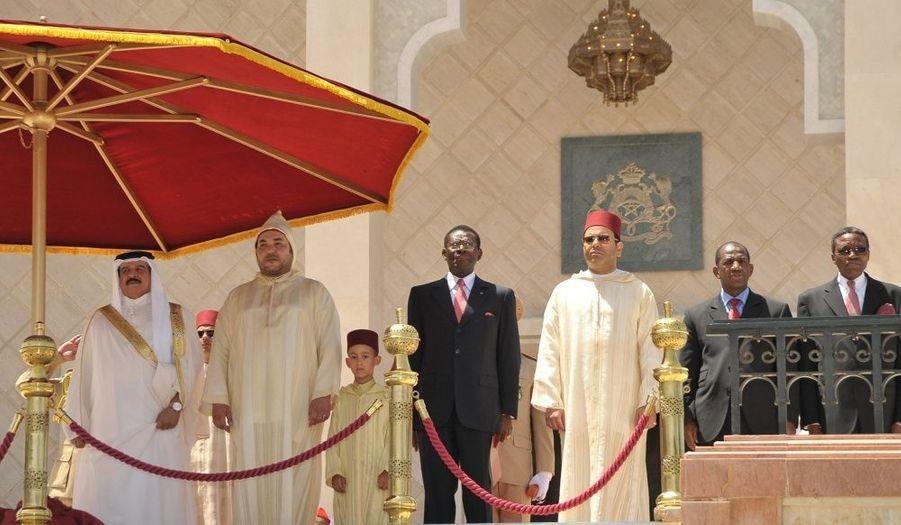 Le 30 juillet, les souverains et hommes d'État de pays très proches du Maroc assistent à la fête du trône. A gauche du roi et de son petit garçon, le roi de Bahreïn, Hamad bin Issa Al Khalifa; à droite, Teodoro Obiang Nguema, le président de la Guinée équatoriale, et le prince Moulay Rachid.