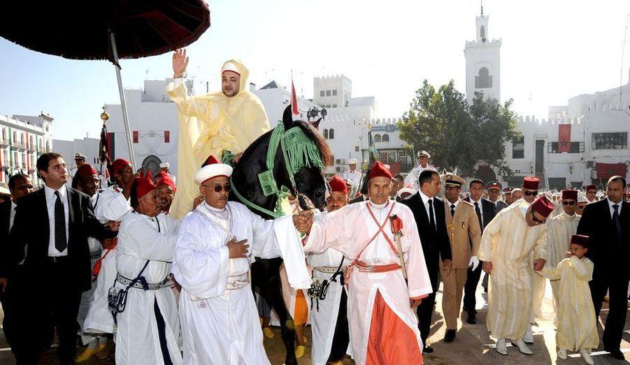 Vendredi 31 juillet, dans la cour du palais royal de Tétouan, la cérémonie va commencer. Hassan, le fils et prince héritier de Mohammed VI (à droite) regarde son père, fier cavalier sur son étalon noir.