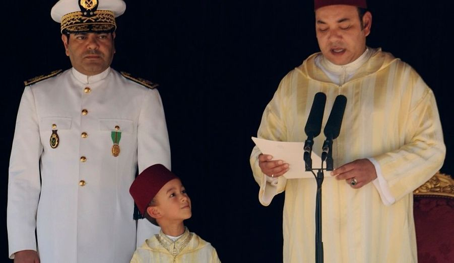 Même djellaba de cérémonie, même fez rouge. en juillet 2008, le jeune héritier écoute le discours que son père prononce pour la Fête du trône, en comapagnie de son oncle, le prince Moulay Rachid.