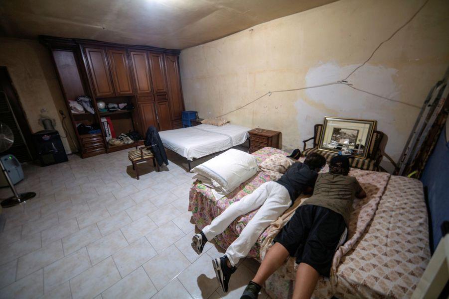 Une chambre pour tous. Enzo et ses parents dorment dans la même pièce, qui sert aussi de salle de jeu pour l'ado et ses copains.