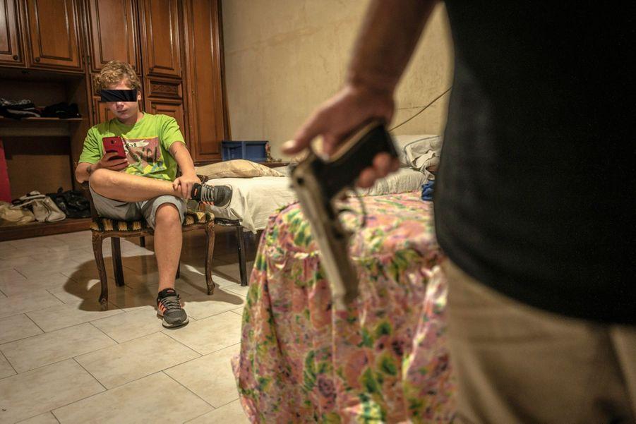 Chez la famille Mazio, dans le quartier de Forcella, le revolver est aussi commun que le téléphone portable. Derrière son père, Enzo, le benjamin, est le seul garçon à ne pas avoir connu la prison.