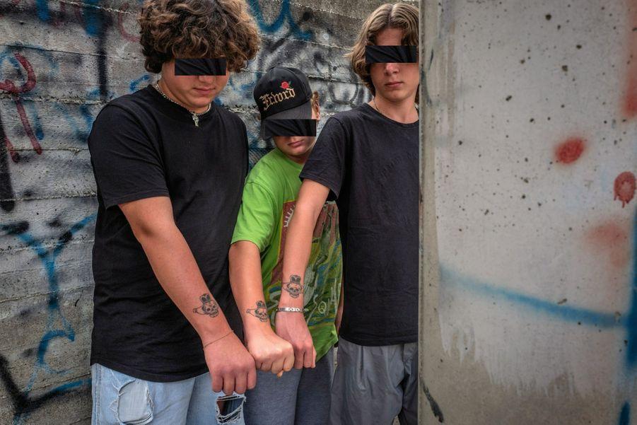 Une tête de mort couronnée en guise de logo : ensemble, Enzo (au centre) et les jumeaux Matteo et Simone forment le gang de Ponticelli.