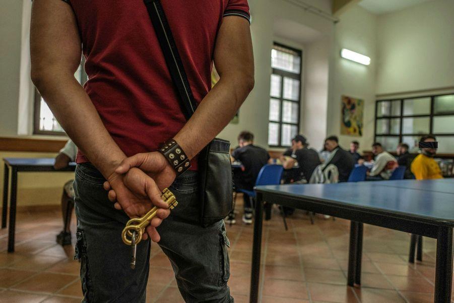 Pour certains, les clés de la prison sont celles d'un refuge éphémère : sous les verrous, ils ne risquent pas leur vie.