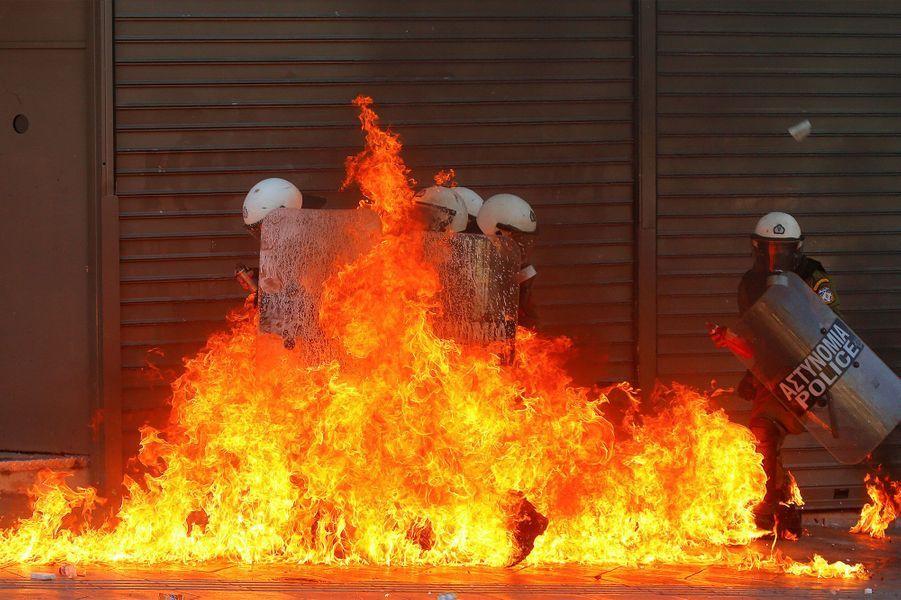 En pleine crise politique en Grèce en 2012, des policiers sont piégés par les flammes à Athènes.