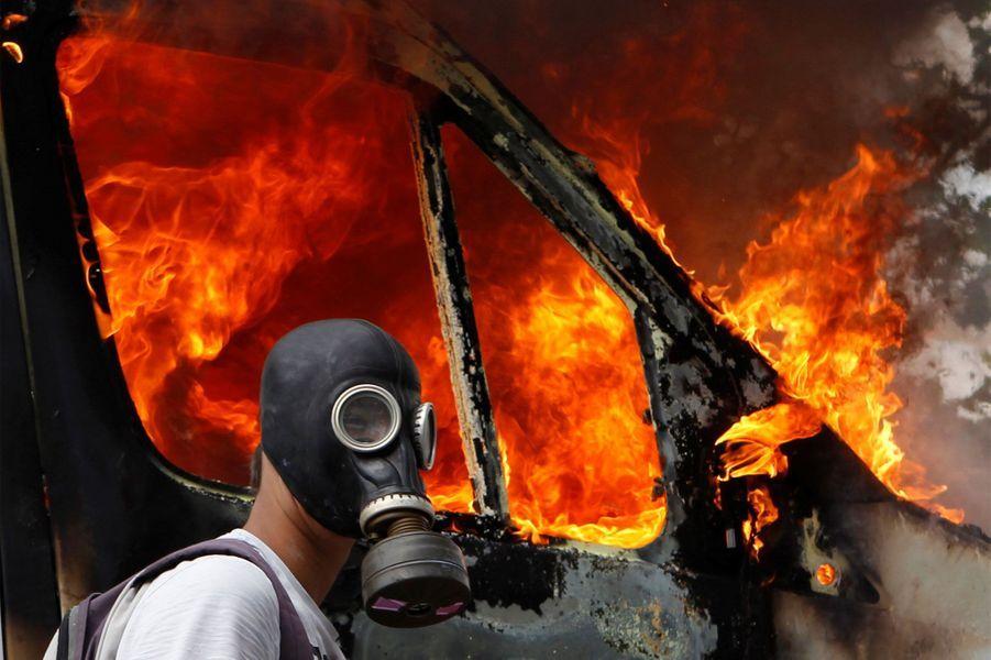 28 juin 2011, un manifestant en grèce porte un masque à gaz alors qu'il protèste contre les mesures d'austérité.