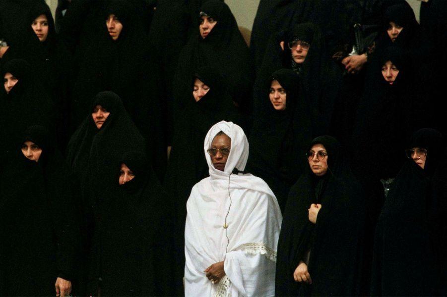 En blanc, une femme d'un pays africain se tient debout au milieu de femmes iraniennes lors de la huitième conférence islamique de Téhéran, en décembre 1997.