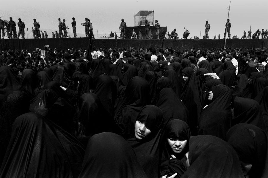 5 juin 1989, des Iraniennes prient après la mort de l'Ayatollah Khomeini.