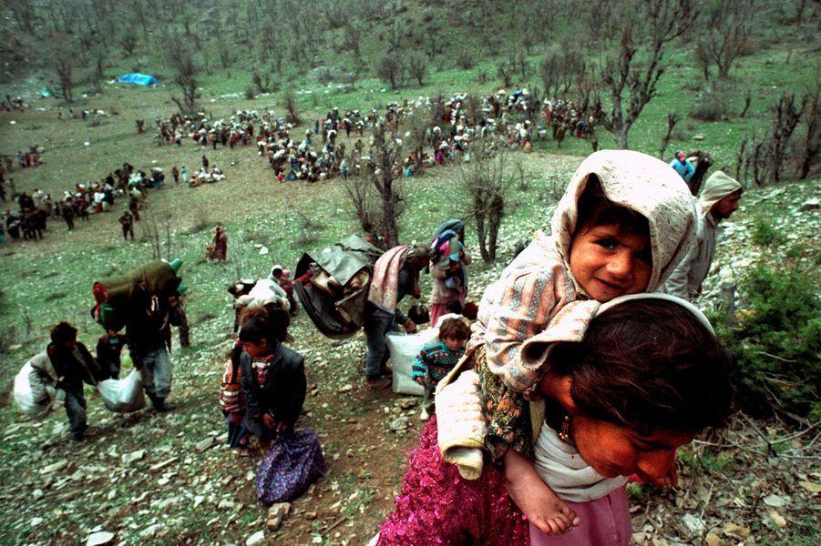 Des réfugiés kurdes fuient près de la frontière irako-turque, 20 avril 1992.