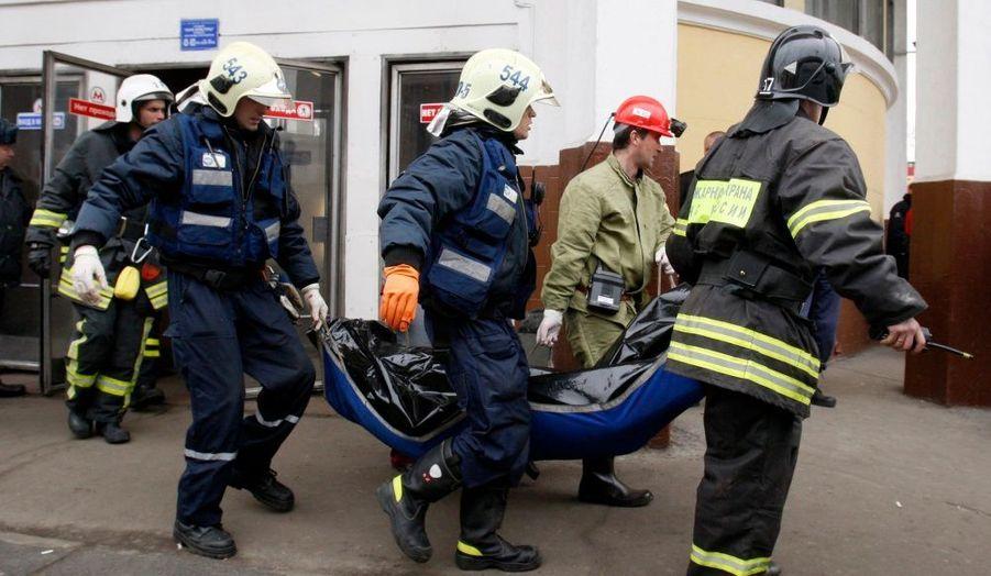 Le dur travail des secouristes