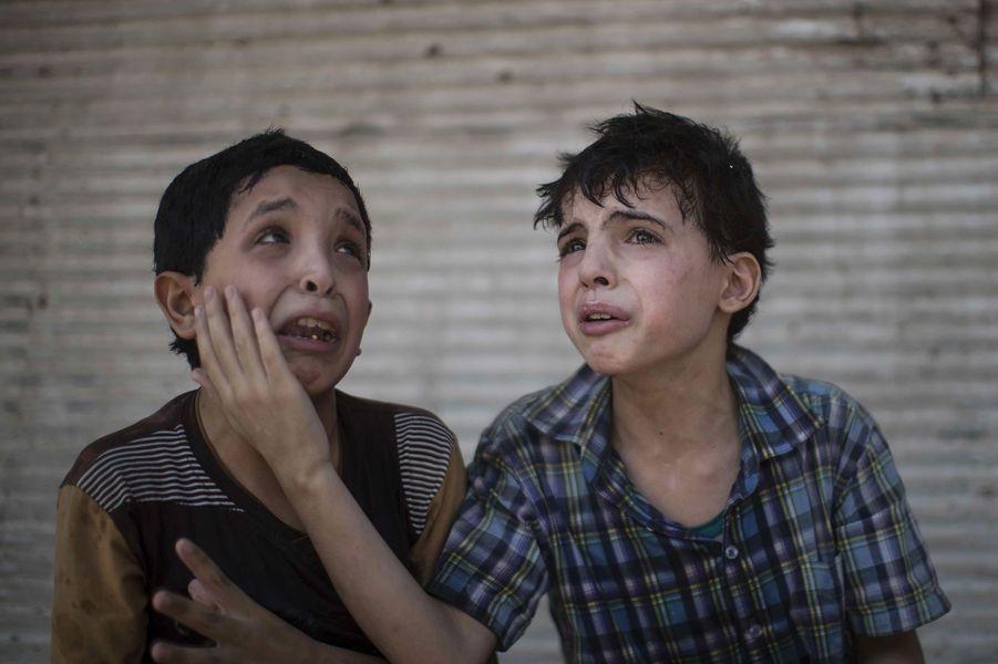 Zeid et Hodayfa Ali, 12 et 11 ans, pleurent devant les débris de leur maison, totalement détruite par les combats entre l'Etat islamique et les forces iraquiennes.