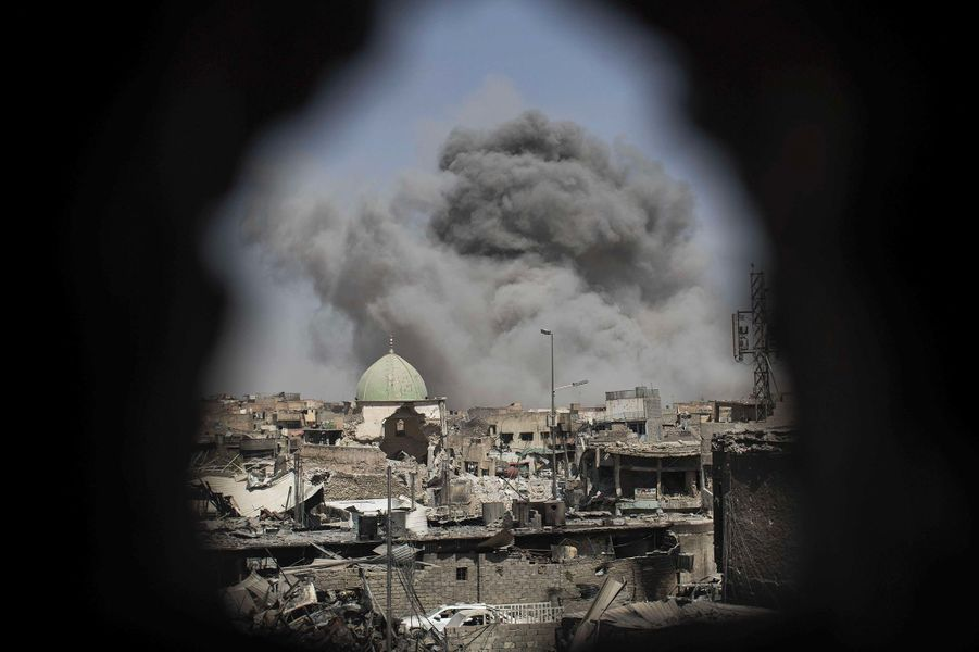 Une bombe explose devant la Grande mosquée al-Nouri.