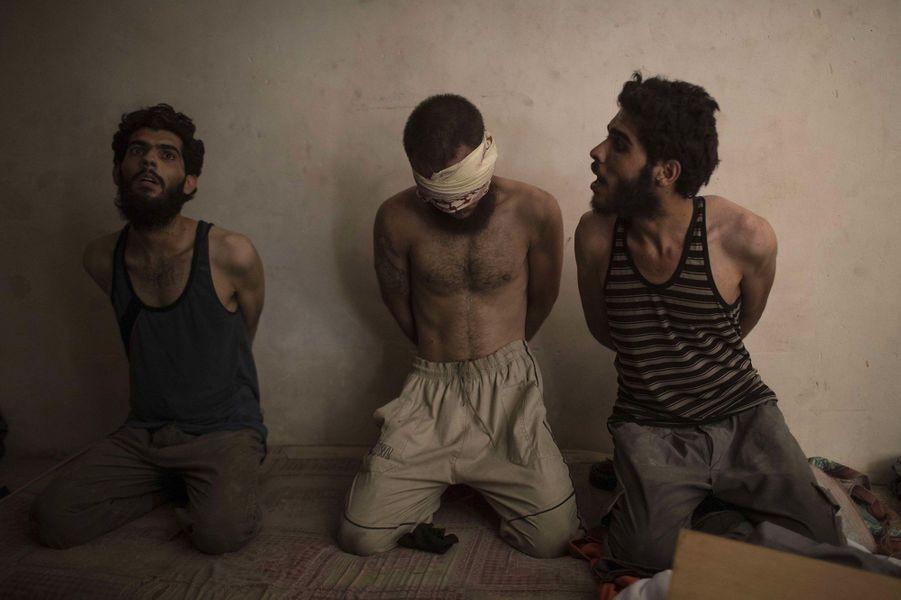 Deux hommes sont détenus avec un autre, qui, est suspecté d'être un soldat de Daech. Ils vont être interrogés.